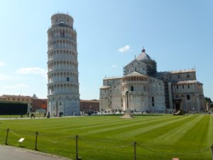 la piazza dei Miracoli (la « place des Miracles »)